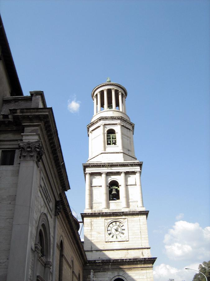věž poblíž baziliky