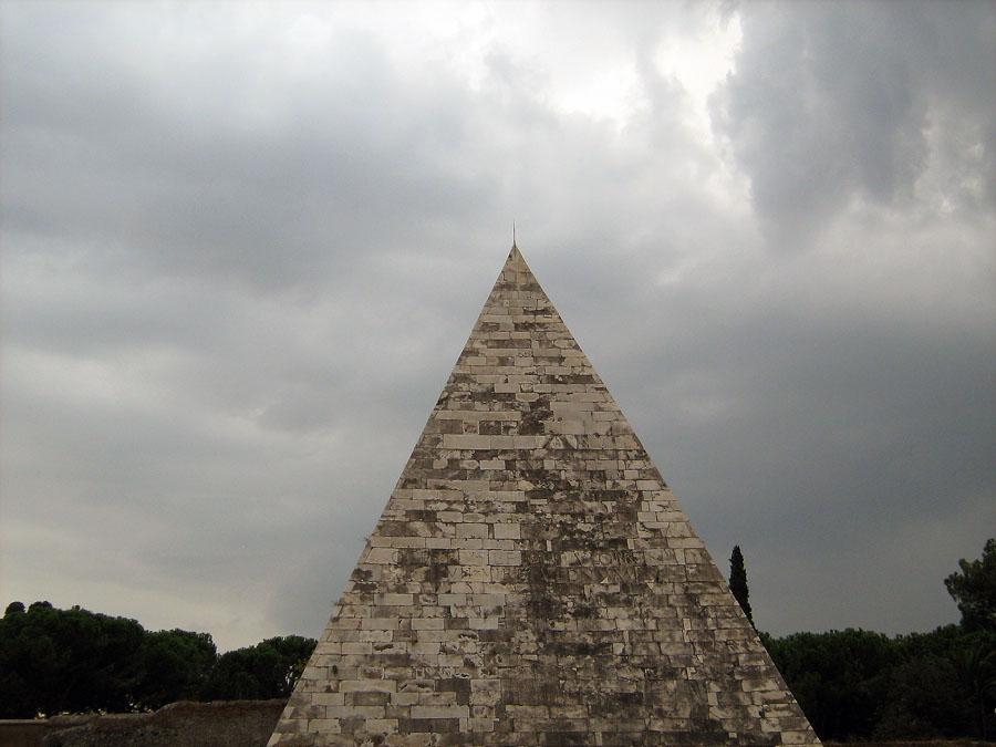Cestiova pyramida, kterou si nechal vystavit v roce 12 př. n. l. jako náhrobek Gaius Cestius Epulo