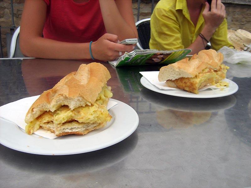 bageta s bramborovou omeletou